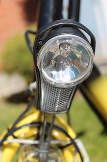 Polkupyörän lamppu, josta heijastuu valokuvaaja.