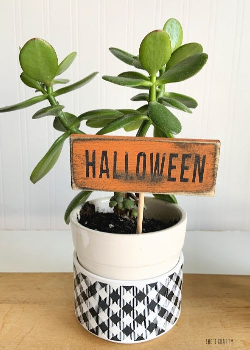 mini Wood Signs in plants for Halloween