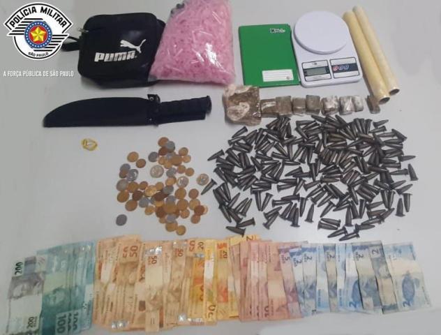 Polícia Militar aborda taxista e prende quatro pessoas por tráfico de drogas em Jacupiranga