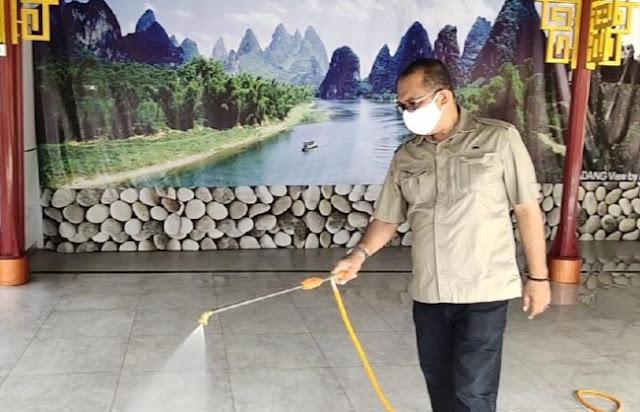 Anggota DPRD Sumbar, Desrio Putra menyemprot cairan disinfektan di kawasan Pondok