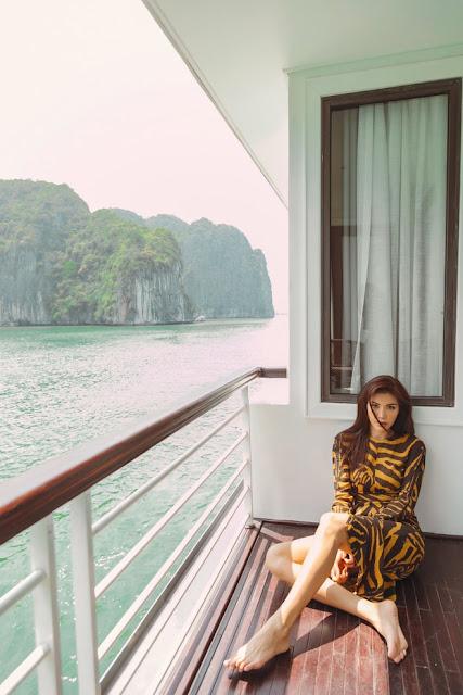 Minh Tú diện mốt khoe nội y trên du thuyền