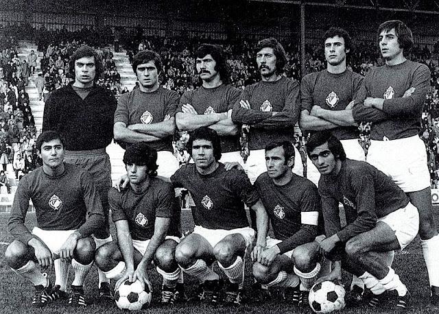 REAL VALLADOLID DEPORTIVO. Temporada 1974-75. Martínez, Salvi, Docal II, Pérez García, Agustín y Santos; Díez, Landáburu, Álvarez, Lizarralde y Amarillo. DEPORTIVO ALAVÉS 2 REAL VALLADOLID DEPORTIVO 1. 15/12/1974. Campeonato de Liga de 2ª División, jornada 14. Vitoria, Álava, estadio de Mendizorroza. GOLES: 1-0: 10', Aramburu. 1-1: 30', Santos. 2-1: 62', Martínez, en propia puerta