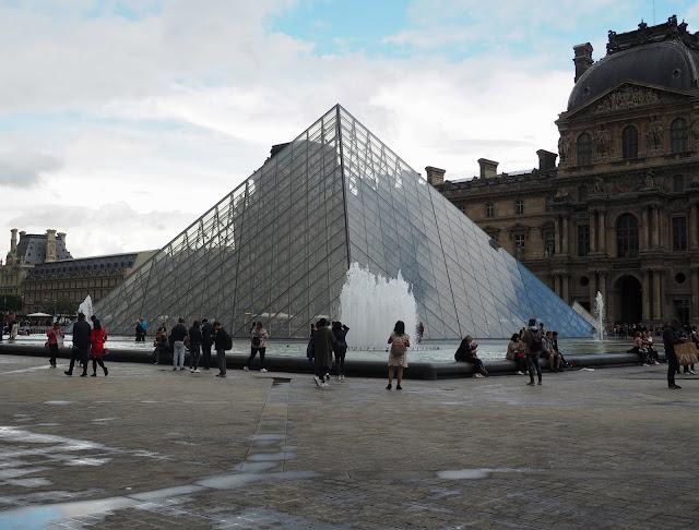 Budget travel: the Louvre, Paris