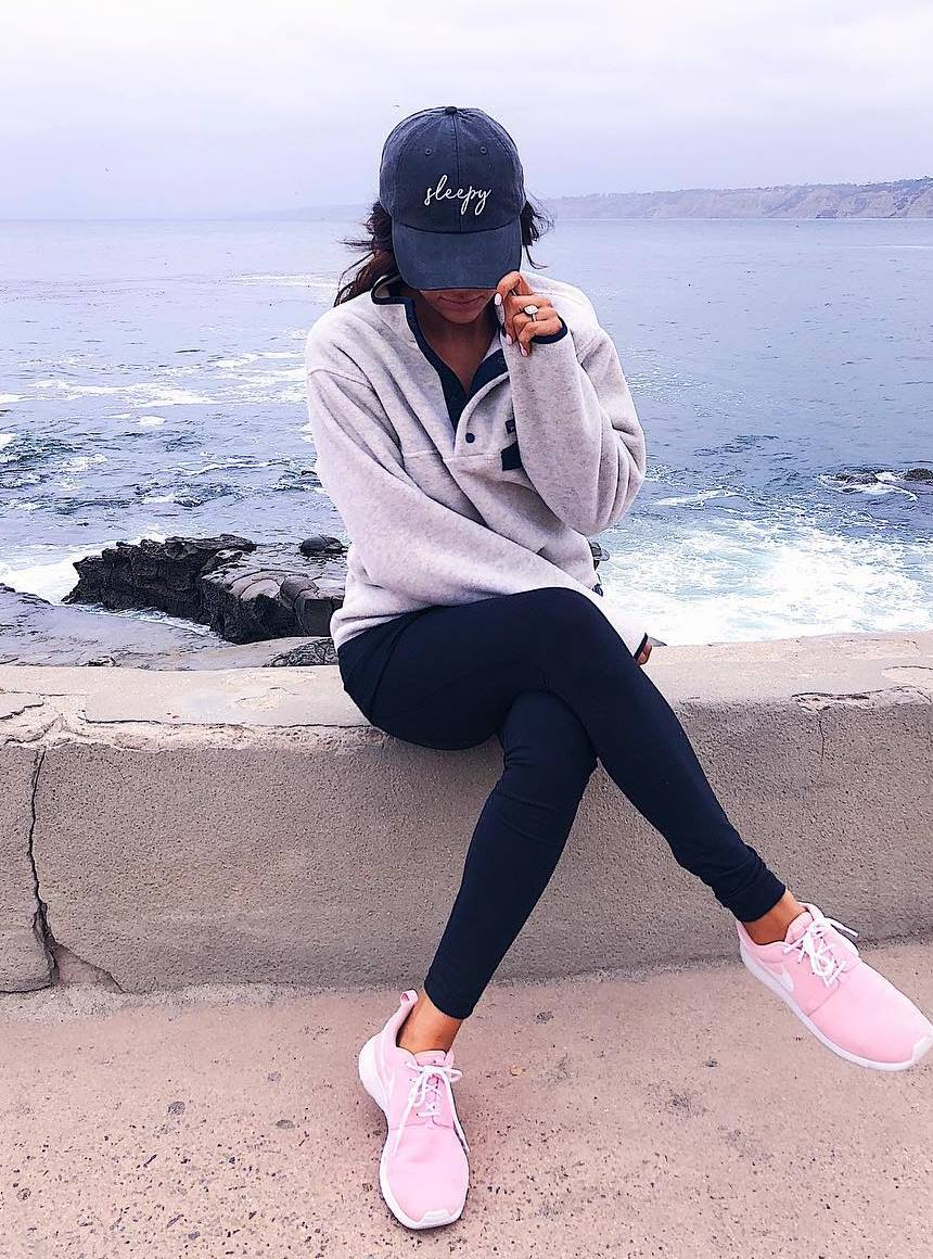 comfy fall outfit / hat + sweatshirt + leggings + sneakers