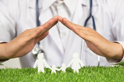 Doctor con símbolo de seguro familiar | Seguridad social