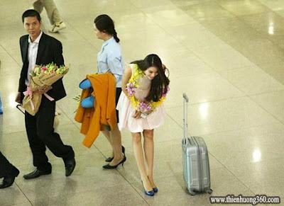 Phạm Hương cúi sát đầu chào fan hâm mộ và các anh chị phóng viên tại sân bay
