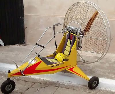 Triciclo experimental propulsionado por hélice. A rede evita que a mesma faça trança nos cabelos mais compridos.