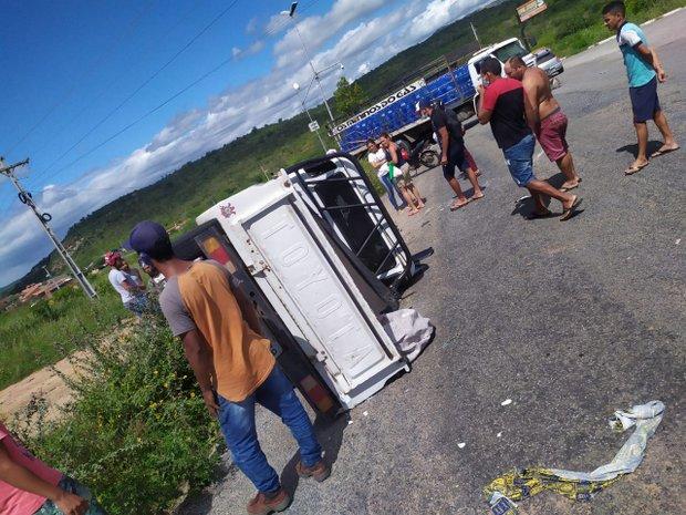 Mulher fica presa às ferragens de Toyota Bandeirante após acidente na PE-160, em Poço Fundo