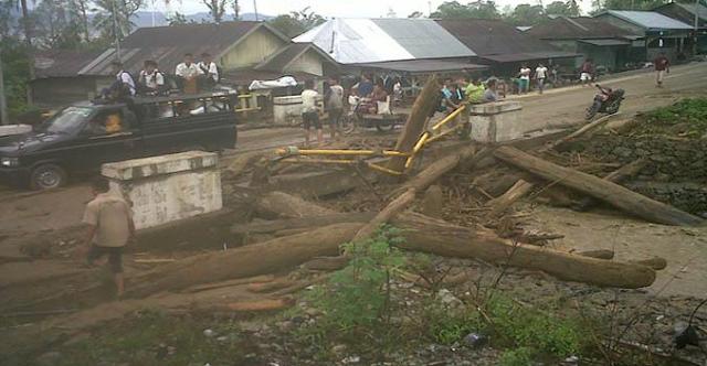 Kayu Bekas Banjir Menumpuk di Jembatan