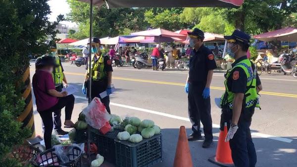 彰化加強市場人流管制 北斗警分局對流動攤販宣導勸離