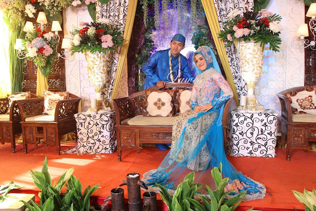 Resepsi pernikahan dengan busana muslim hijab modern