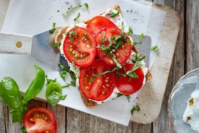 وجبة خفيفة طازجة ساندويتش الطماطم بالكبر والريحان