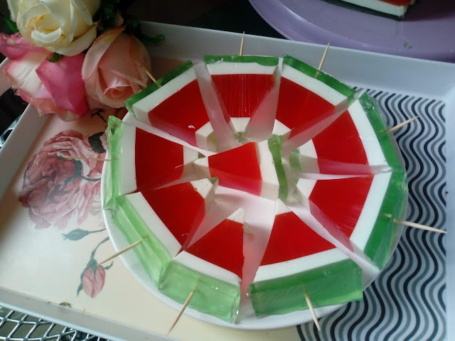 arbuziki z galaretek mini arbuziki arbuz z galaretki deser z galaretek kolorowy deser deser dla dzieci ciasto na zimno z galaretka