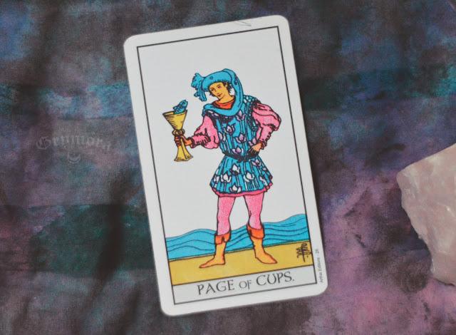 Saiba o significado da Carta Pajem / Valete de Copas no Tarot do amor, dinheiro e trabalho, na saúde, como obstáculo ou invertida e como conselho.