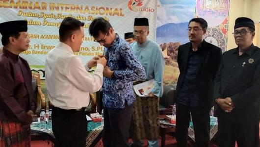 "UIN Imam Bonjol Anugerahkan Penghargaan Academic Award Sastra ""Pin Emas"" ke Irwan Prayitno"