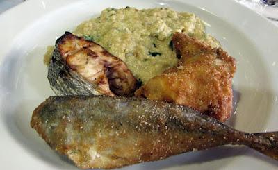 prato com peixe frito e purê de batata