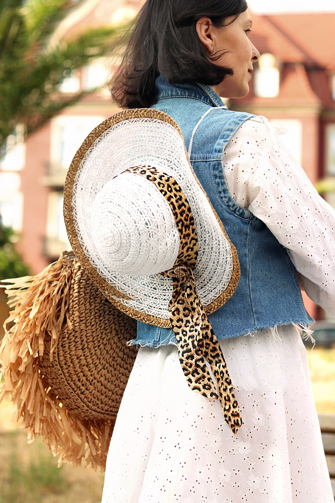 Dodatki do stylizacji na lato kapelusz i torebka pleciona z trawy morskiej