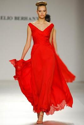 Foto de mujer con vestido largo color rojo en desfile de moda