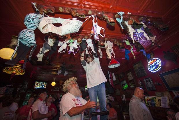 Bar decorado com sutiã