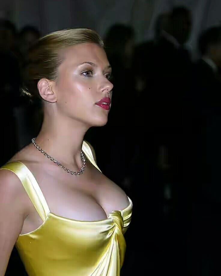 Scarlett Johansson hot cleavage pics