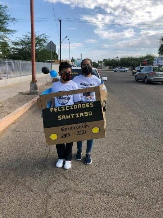Adorna triciclo con globos para la graduación de su hijo