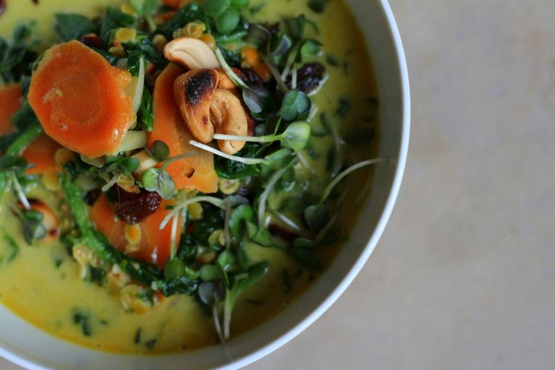 Spinatcurry mit roten Linsen und Cashewnüssen