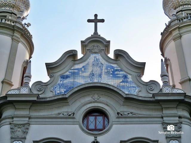 Close-up do painel de azulejos do frontão da Paróquia Nossa Senhora do Brasil - Jardim América