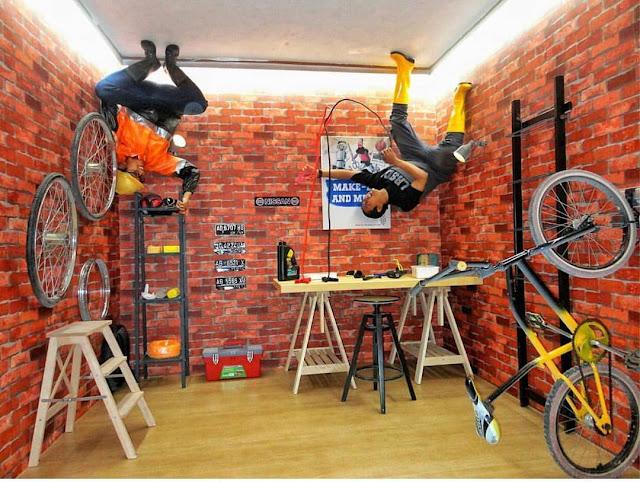 foto gaya terbalik di garasi upside down world jogja