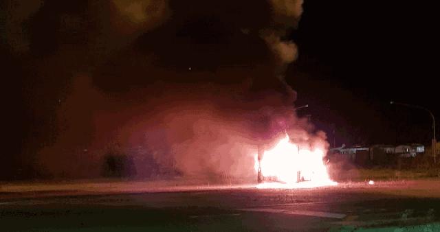 Si introduce nel deposito Magliana e incendia un bus dismesso