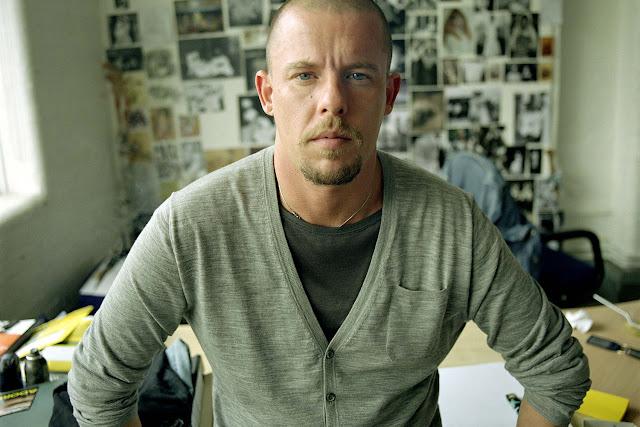 Alexander McQueen en su estudio