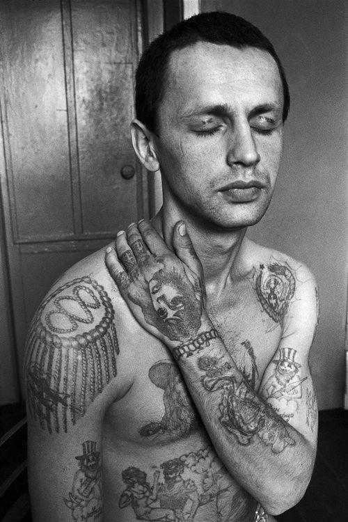 Miembro de la mafia rusa nos muestra sus tatuajes