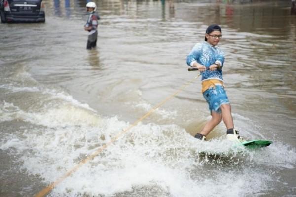 Viral Aksi Wakeboarding untuk Protes Banjir di Samarinda