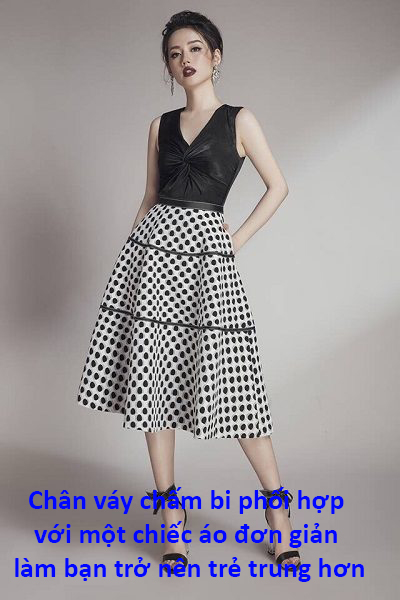 Chân váy chấm bi phối hợp với một chiếc áo đơn giản làm bạn trở nên trẻ trung hơn