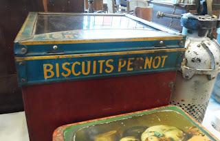 Antigua caja de galletas en el desembalaje de leon