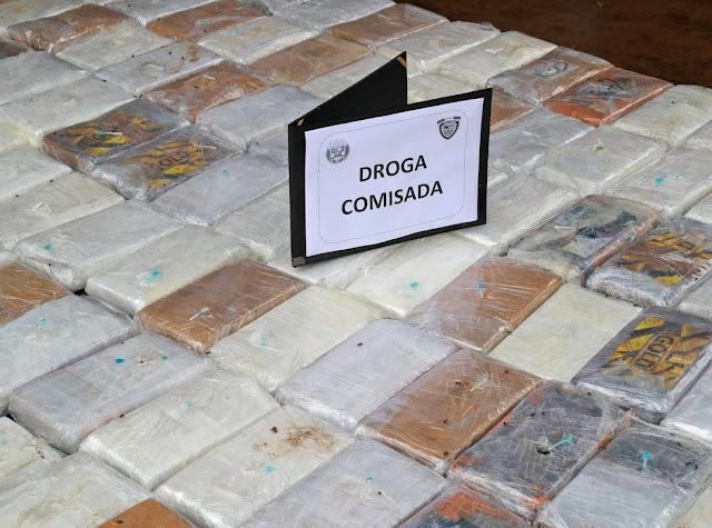 """Aseguran en Perú una tonelada de cocaína; iba en paquetes con imágenes de """"El Chapo"""" y Pablo Escobar"""
