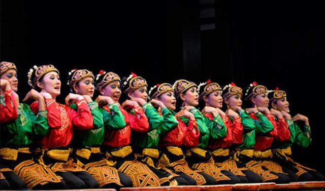sekelompok wanita sedang menari