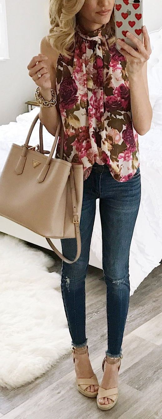 awesome spring outfit idea / floral blouse + nude bag + skinny jeans + heels
