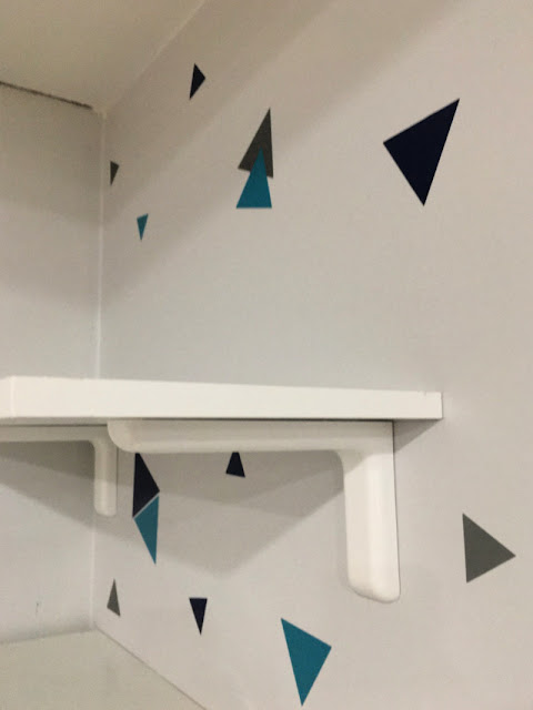 DIY geometric vinyl accent wall with Cricut for the One Room Challenge