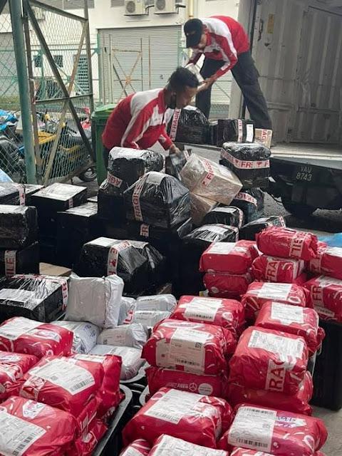 Inilah keadaan pekerja syarikat Kurier semasa mengambil parcel tempahan pelanggan