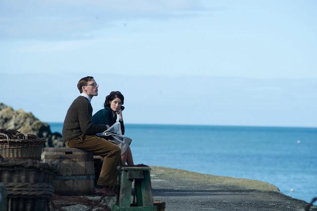 der cineast Filmblog Ihre Beste Stunde Catrin Cole sitzt mit Tom Buckley gemeinsam am Hafen