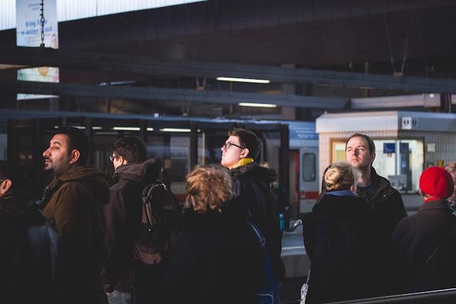 Wartende Menschen Streetfotografie Andreas Blauth