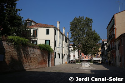 Callejuela tranquila de Venecia