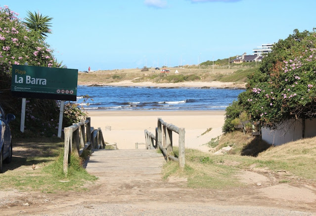 entrada de madeira para ir a praia