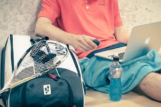 Ragazzo che studia prima di andare a giocare a tennis