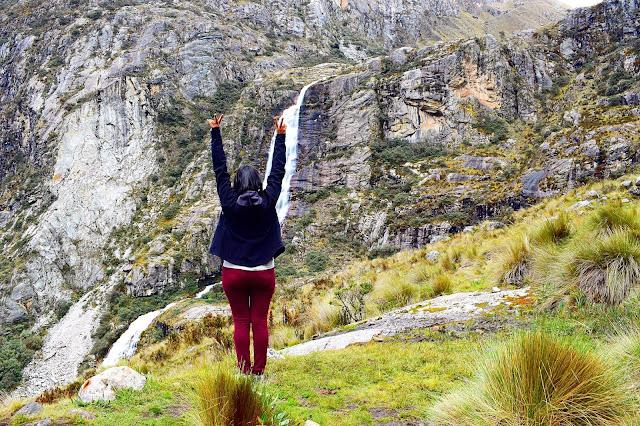 mulher de costas com os braços levantados