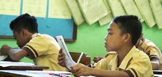siswa sedang belajar di sekolah