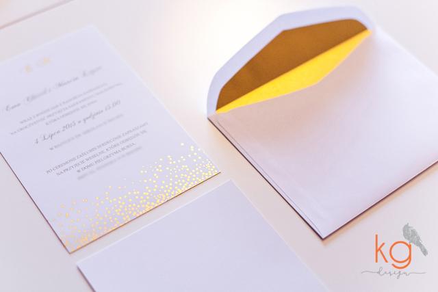 gold foil, konfetti, zaproszenie ślubne, błyszczący, pozłacane, złote, białe, delikatne, minimalistyczne, koperta z wyklejką, kropki, zimowe, letnie,  oryginalne i nietypowe zaproszenia ślubne, boho, rustykalne, vintage, proste, delikatne, minimalistycze, pozłacane zaproszenia ślubne, zaproszenia gold foil, artystyczne, wyjątkowe, nietypowe, oryginalne, ręcznie robione, handmade, złote konfetti,kg design poligrafia, papeteria slubna, projekt ślubny zaproszeń, brokatowe