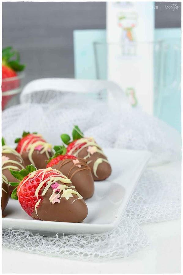 fresas recubiertas con chocolate-fresas con nata (crema de leche)- como fundir chocolate- fundir chocolate- chocolate para fundir- chocolate de cobertura