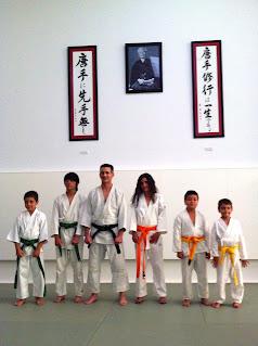 Algunos alumnos de la clase infantil con su instructor.