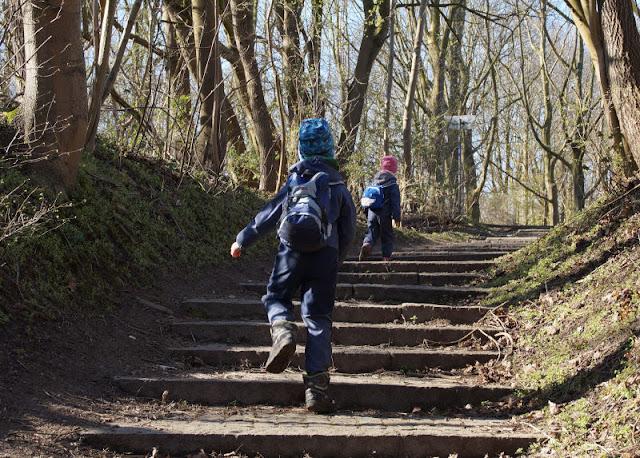 Küsten-Spaziergänge rund um Kiel, Teil 2: Der Ölberg in Mönkeberg. Die Treppe auf den Berg hinauf sind unsere Kinder gerannt, der Ausflug hat ihnen viel Spaß gemacht.